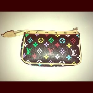 💙💛Gorgeous Louis Vuitton Clutch 💜💚